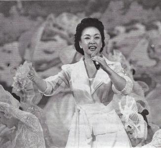 Peng Liyuan (chino: 彭丽媛, pinyin: Peng Liyuan, nacida el 20 de noviembre de 1962 en Juncheng, Shandong), es una cantante china de música folclórica, y una artista intérprete o ejecutante popularizado por sus apariciones regulares en la Gala anual de CCTV de Año Nuevo. Ha obtenido numerosas distinciones en concursos de canto a nivel nacional.Sus obras más famosas incluyen La gente de nuestro pueblo (父老乡亲), el Monte Everest (珠穆朗玛) y en las llanuras de la Esperanza (在 希望 的 田野 上). Peng Liyuan es miembro del Ejército Popular de Liberación de China y actualmente tiene el rango de mayor general. Ella fue una de las primeras para obtener una maestría en la música étnica tradicional cuando el grado se le estableció por primera vez en la década de 1980. Está casada con el vicepresidente chino, Xi Jinping.
